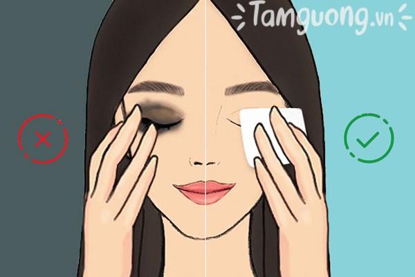 Khi tẩy trang, hãy vuốt nhẹ nhàng theo chiều hướng lên trên để tránh làm chảy xệ da mặt.
