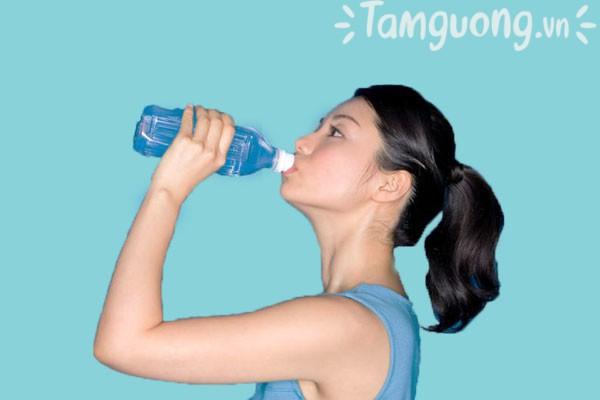 Hãy uống đủ 2-3l nước mỗi ngày để có làn da khỏe đẹp.