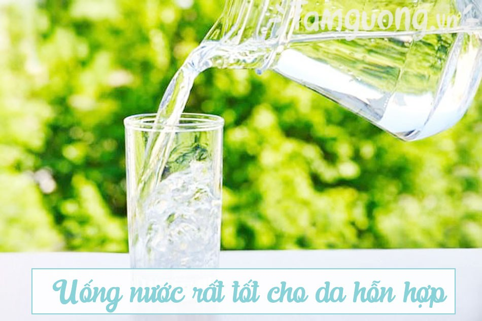 Thói quen sinh hoạt phù hợp cho da hỗn hợp: Uống nước