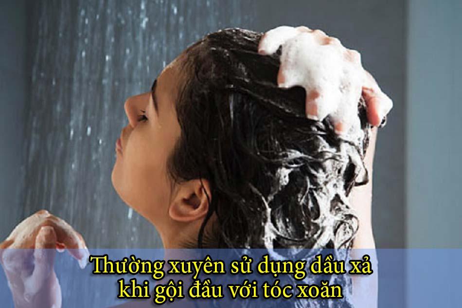 Thường xuyên sử dụng dầu xả khi gội đầu với tóc xoăn